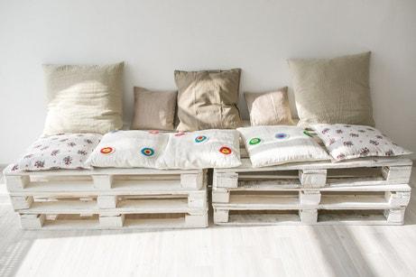 Des palettes transformées en canapé