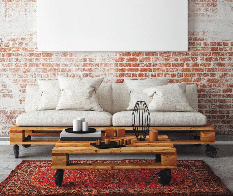 une palette transformée en table basse à roulettes et le canapé