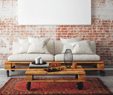 Une palette transformée en table basse à roulettes et le canapé associé