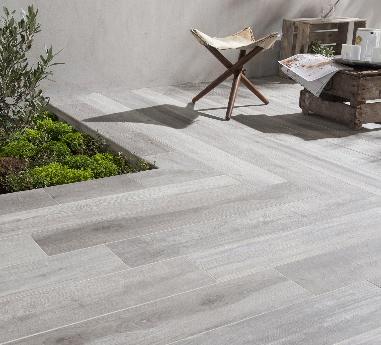 incroyable Du carrelage gris effet bois pour la terrasse