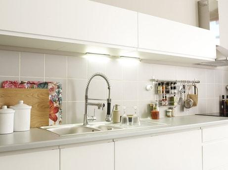 Un meuble et évier de cuisine blancs