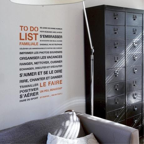 Décorez le mur du salon style loft avec un pochoir To Do List