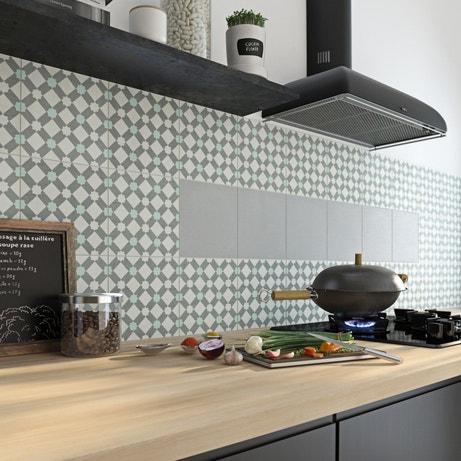 Des carreaux de ciment mixés de carrelages gris pour donner du style à la cuisine