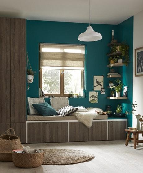 Oser un mur de couleur vert pour décorer votre pièce