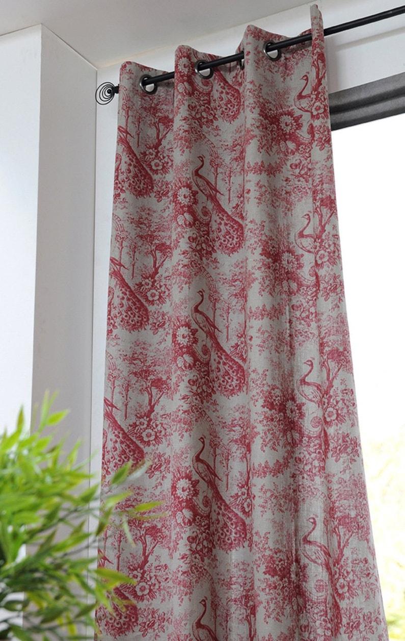 Des paons sur les rideaux en toile de jouy rouge leroy - Rideaux toile de jouy ...