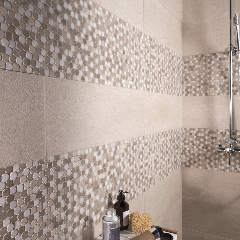 Un carrelage mural à effet galet beige et blanc pour la douche dans ...