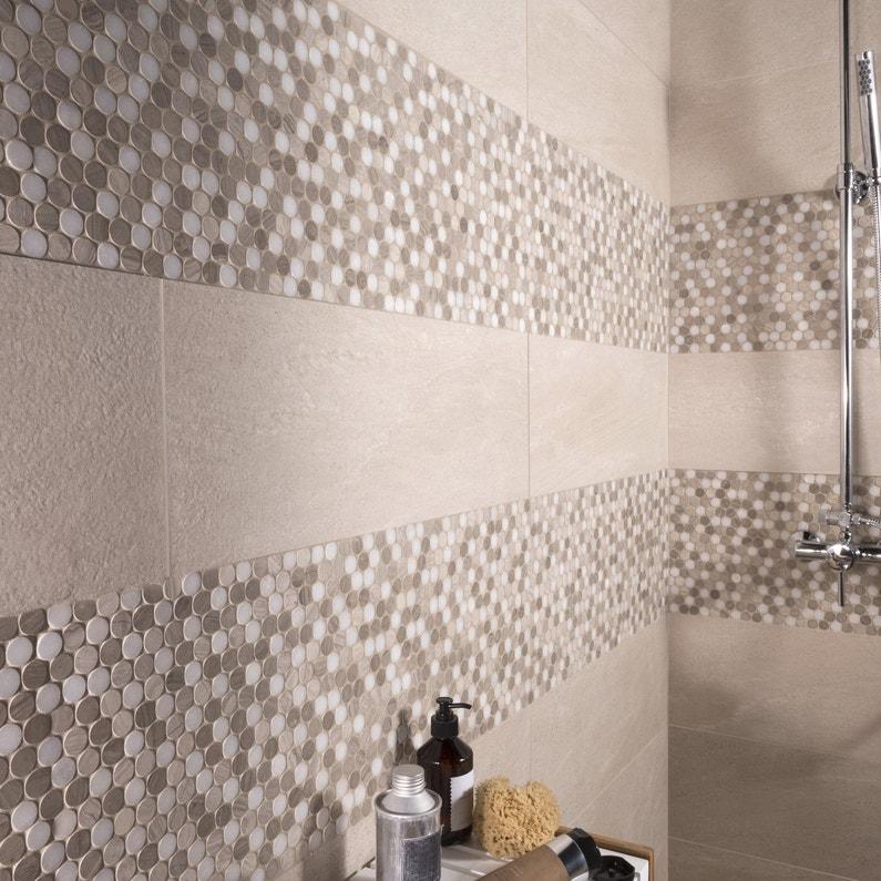 un carrelage mural effet galet beige et blanc pour la douche dans la salle de bain leroy merlin. Black Bedroom Furniture Sets. Home Design Ideas