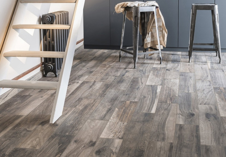Un carrelage imitation parquet brun cendre pour salon for Carrelage pour salon