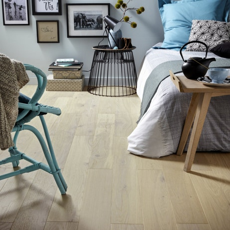 Un parquet en chêne blanchi pour une chambre de style scandinave