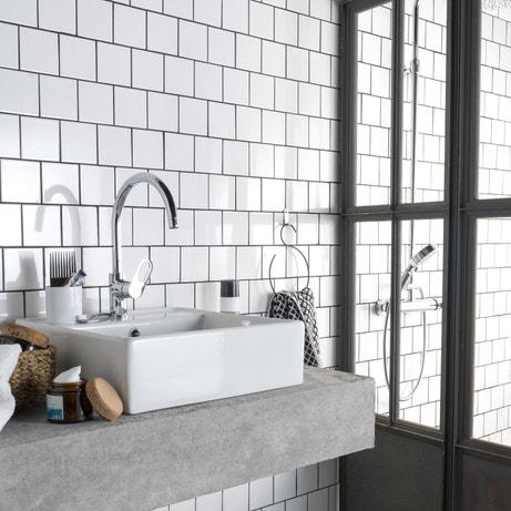 Une salle de bains carrelée avec l'intemporel carrelage blanc 10x10cm