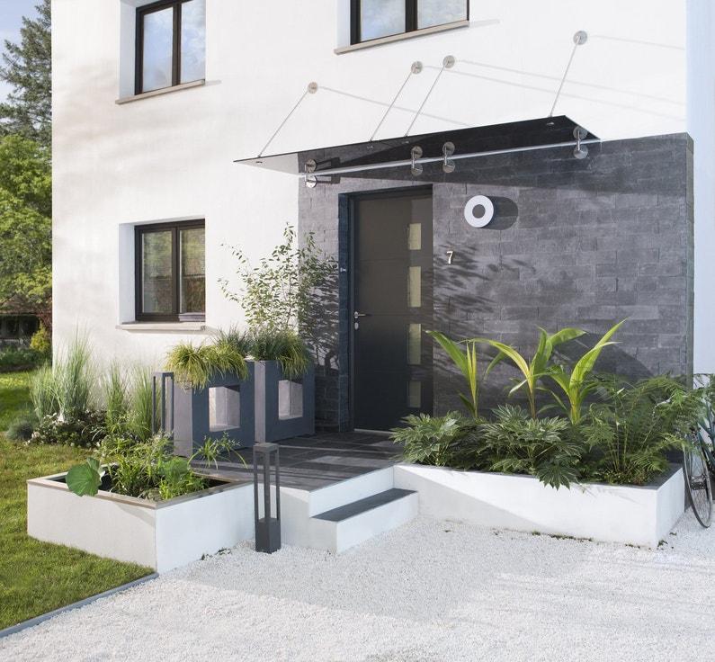 Une façade moderne de verre, d'aluminium et d'ardoise