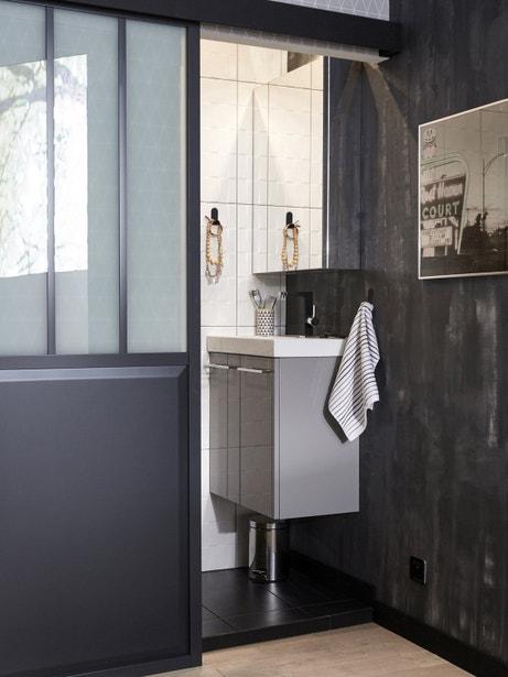 Salle de bains grise au style industriel