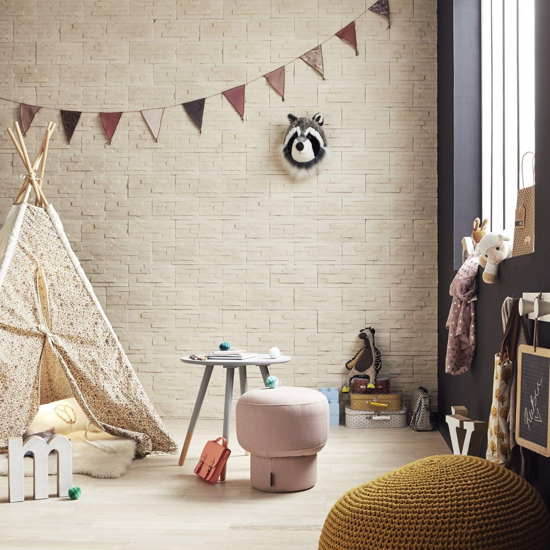 Une chambre d\'enfant avec un mur en plaquettes de parements couleur ...