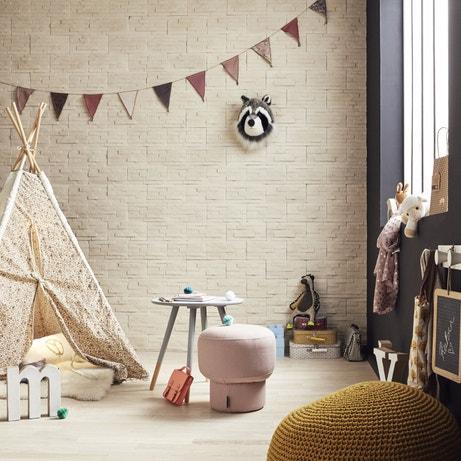 Une chambre d'enfant avec un mur en plaquettes de parements couleur naturelle