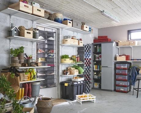 Un garage organisé grâce aux étagères