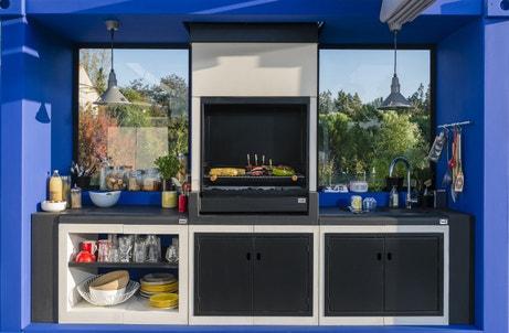 Une cuisine extérieure avec son barbecue en béton