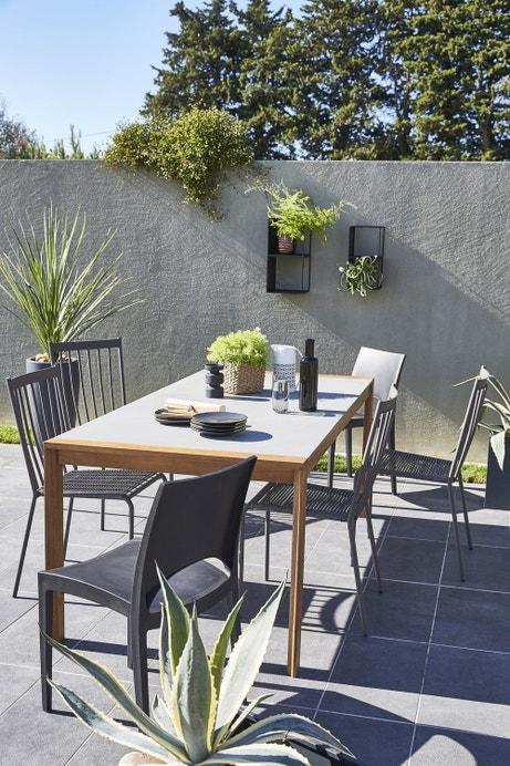 Une table de jardin qui pourrait aussi se trouver à l'intérieur