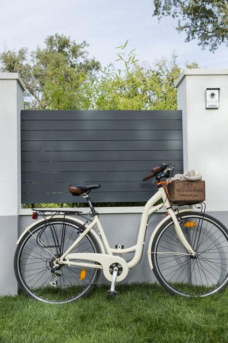 Une clôture en aluminium pour masquer votre espace