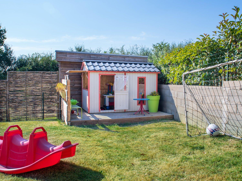 une maisonnette en bois pour vos enfants leroy merlin. Black Bedroom Furniture Sets. Home Design Ideas