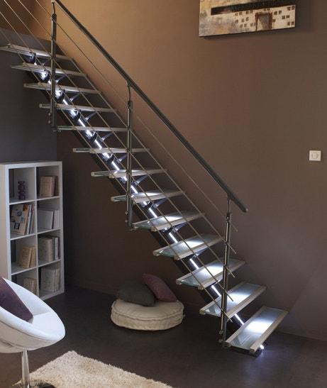 Un escalier en verre lumineux