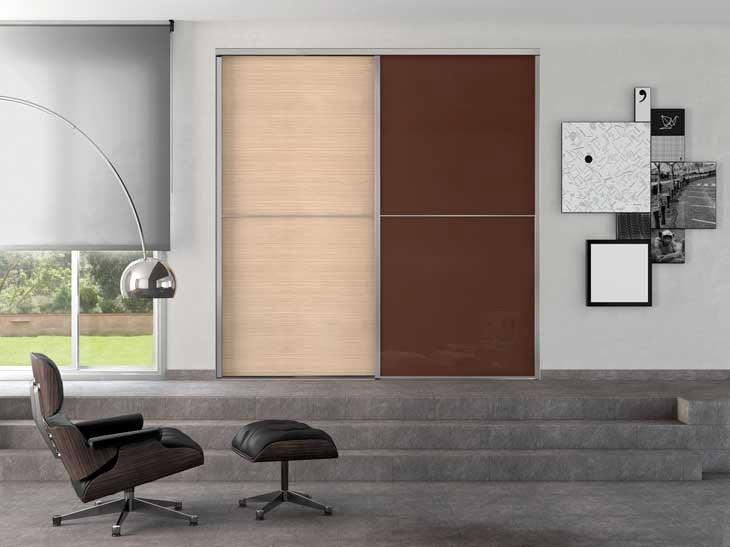Pour un espace design et original, une porte de placard claire et une autre foncée.