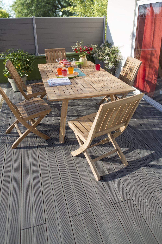 une terrasse facile d 39 entretien avec des lames gris en composite leroy merlin. Black Bedroom Furniture Sets. Home Design Ideas