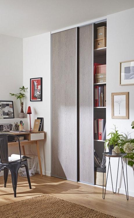 Des portes de placard en chêne grisé donne une ambiance élégante