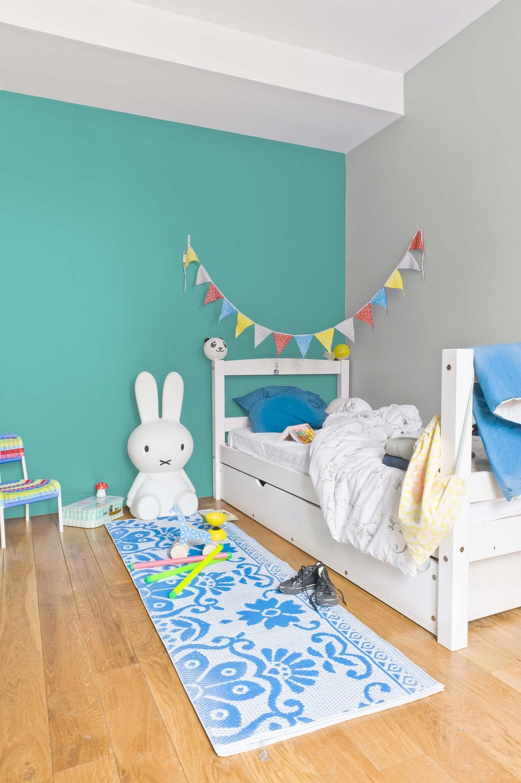 un bleu turquoise sur les murs de la chambre denfant