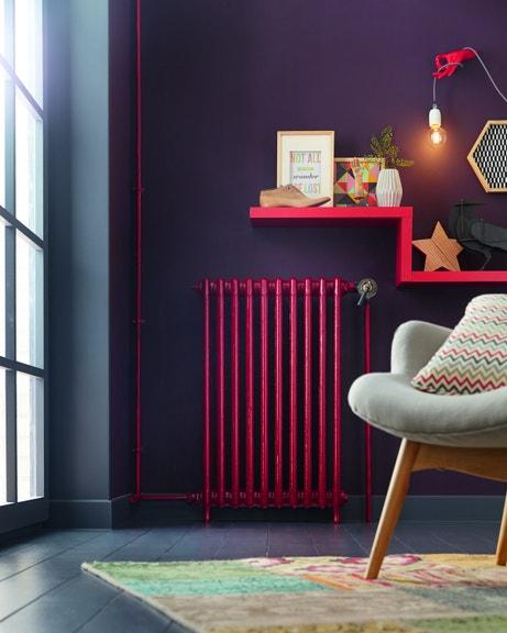 Donner du volume à votre mur avec des étagères colorées en escalier