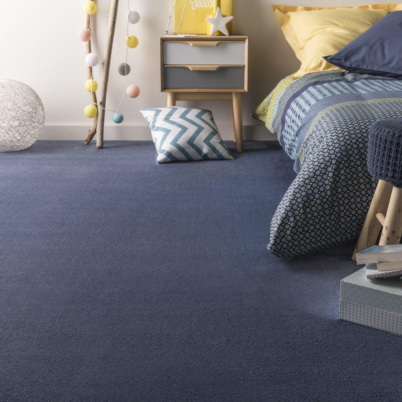 Une chambre d\'ado de style scandinave avec une moquette bleue à poil ...