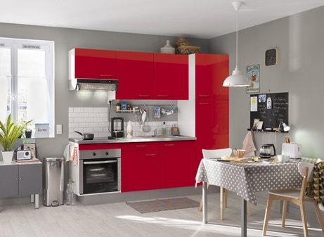 Une cuisine équipée rouge