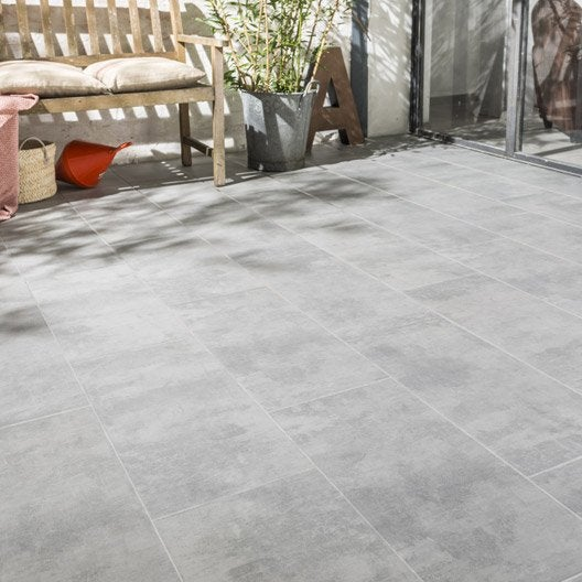 Carrelage 50x50 gris awesome robert en train de faire les for Rehausse beton 50x50 castorama