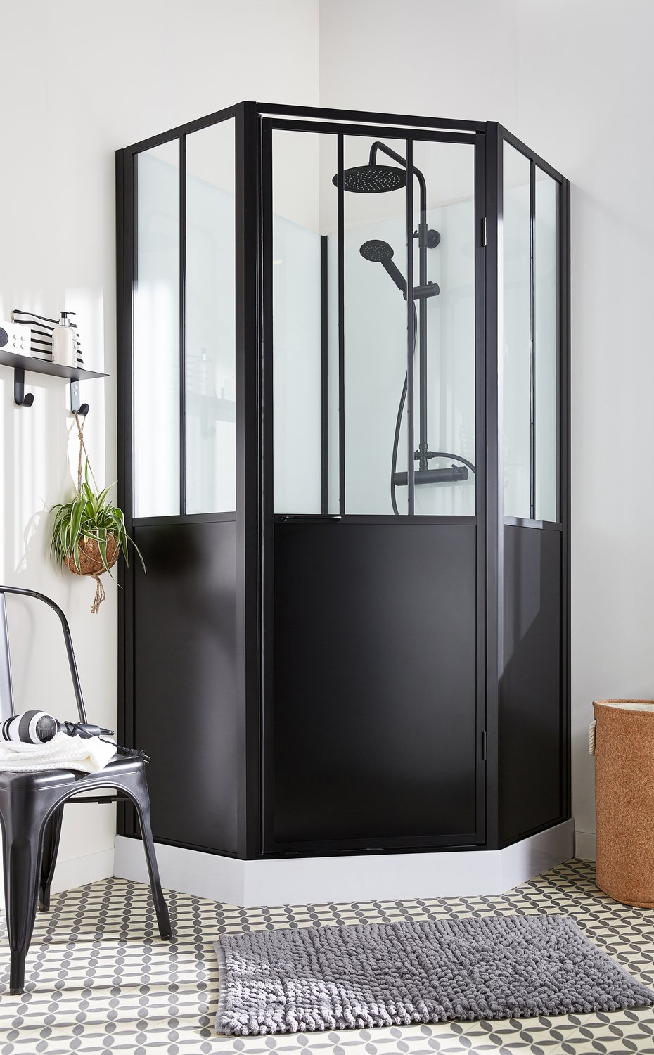 une cabine de douche fa on verri re d 39 atelier leroy merlin. Black Bedroom Furniture Sets. Home Design Ideas
