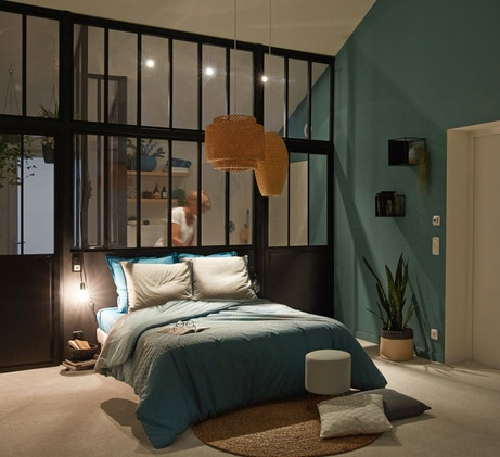 Une chambre cosy et actuelle avec la verrière d'atelier
