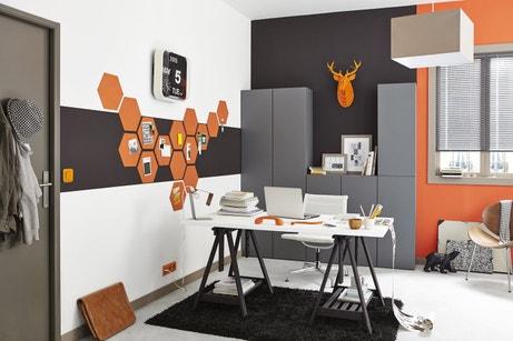 Donner du relief au bureau en l'habillant d'orange et de gris