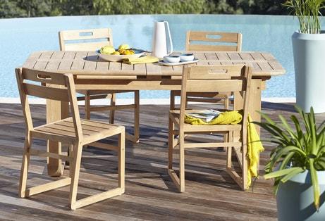 Un salon de jardin en bois clair pour déjeuner dans le jardin