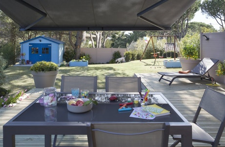 Un salon de jardin gris pour profiter du jardin en famille