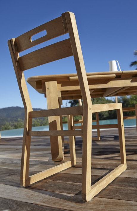 Une chaise en bois facile à déplacer