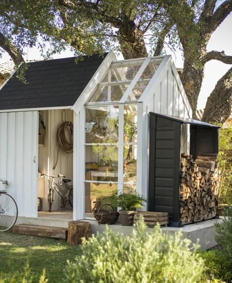 Un abri serre pour l'hivernage des plantations et le rangement des outils de jardin