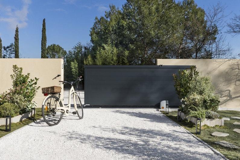 un portail ardoise motoris pour une entr e zen leroy merlin. Black Bedroom Furniture Sets. Home Design Ideas