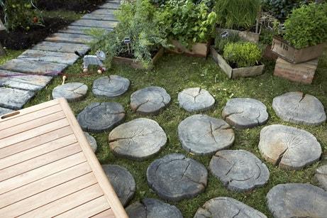 Une allée en pierres rondes et rectangulaires pour accéder à son jardin