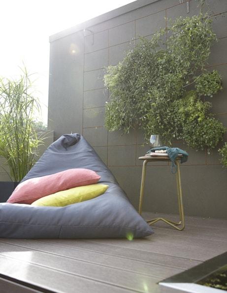 Un pouf de jardin sur une terrasse en composite