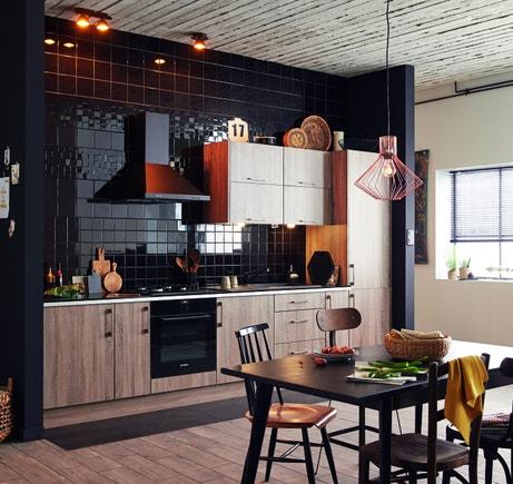 Une cuisine Topaze chêne havane et carrelage mural noir brillant