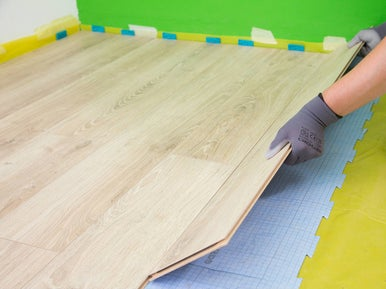 poser du parquet ou un sol stratifi leroy merlin. Black Bedroom Furniture Sets. Home Design Ideas