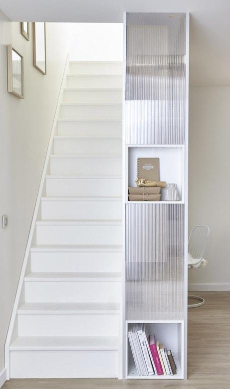 Une colonne de rangement à coté de l'escalier
