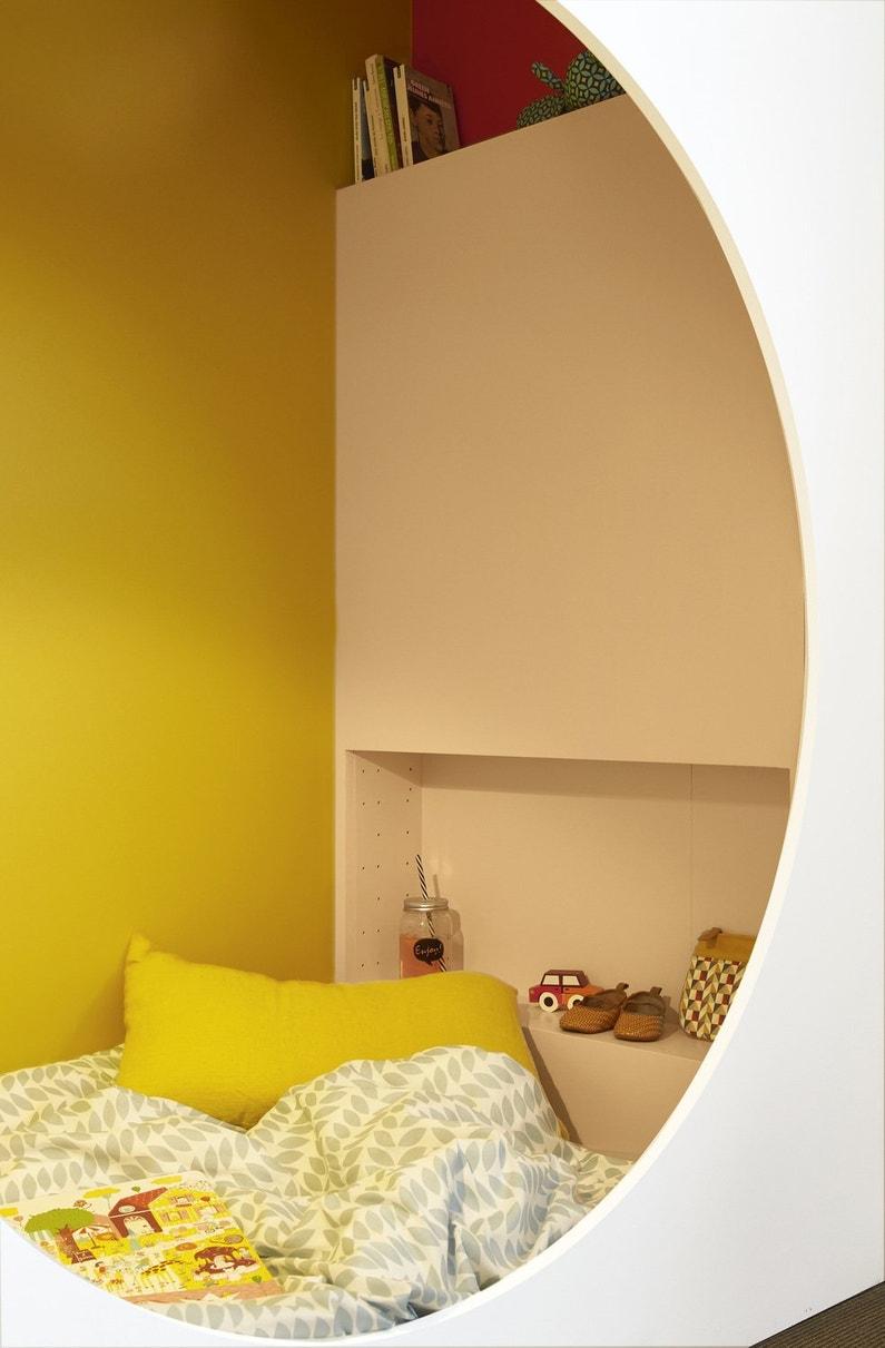 Une armoire de rangement en guise de tête de lit