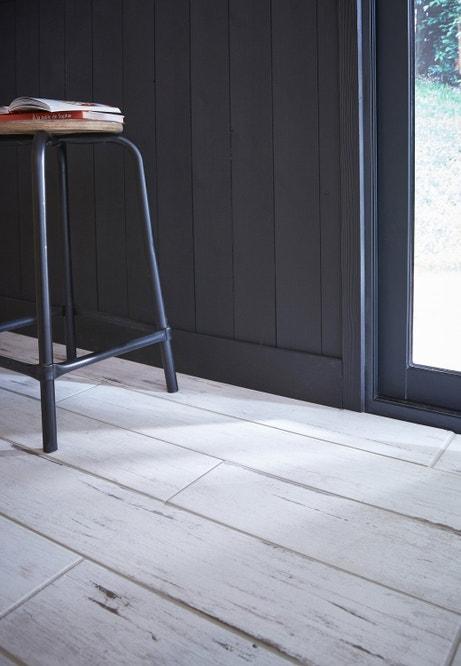 Sol blanc et mur gris imitation bois