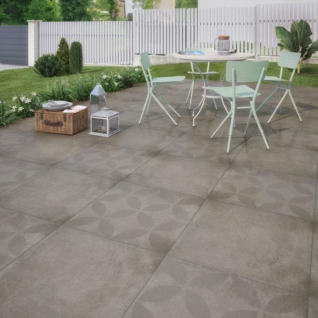 recouvrir sa terrasse avec un carrelage gris aspect pierre leroy merlin. Black Bedroom Furniture Sets. Home Design Ideas