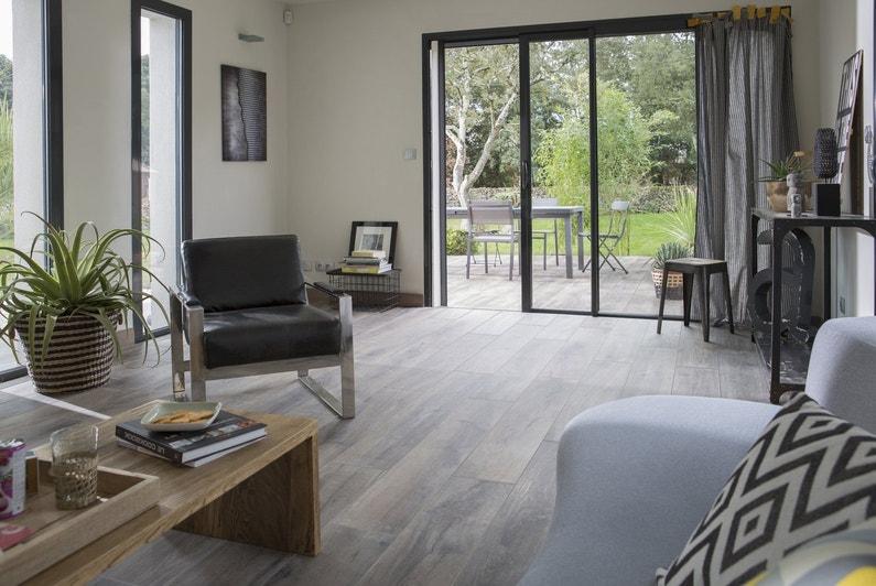 effet dedans dehors avec un carrelage effet bois leroy merlin. Black Bedroom Furniture Sets. Home Design Ideas