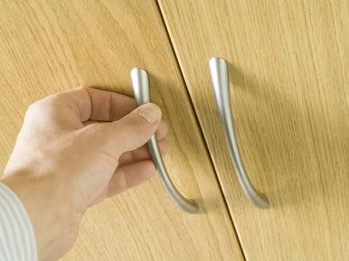 comment installer des portes de placards pivotantes
